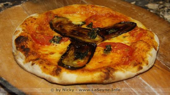 Pizza à partir de Farine bio à l'Aubergine, Tomate, Mozza, Parmesan et Basilic du Marché