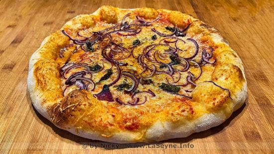 Pizza aux Oignons rouge