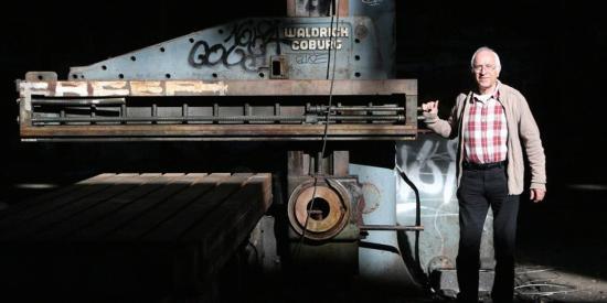 Atelier Mécanique La Seyne sur Mer - Neuf collègues ont pris la pose sur leur ancien lieu de travail, devant l'objectif du photographe Luc Boutria
