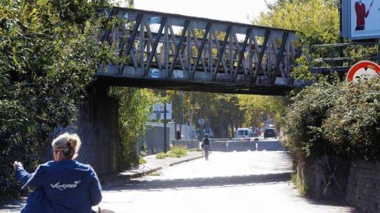 L'avenue Yitzhak-Rabin fermée au niveau du pont de chemin de fer. Photo: Dominique Leriche
