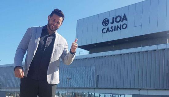 L'humoriste Marco Paolo devant le Casino Joa, à La Seyne-sur-Mer. photo: Jérôme Poillot
