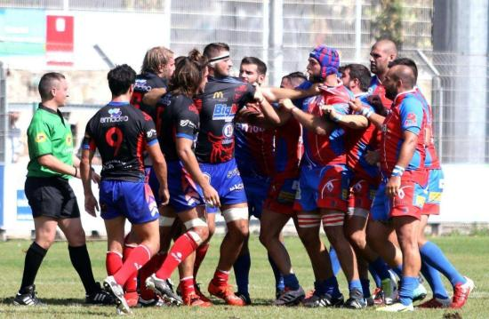 Rugby: La Seyne face à Agde le 07/10/2017 à 19 heures - Les Seynois (à droite, ici face à Mâcon) retrouvent leur stade Marquet ce soir, où ils espèrent renouer avec la victoire. photo: Valérie Le Parc