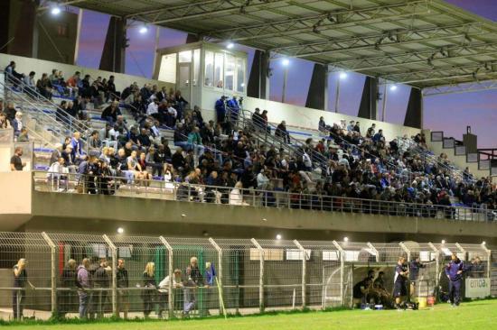 Le stade Victor-Marquet n'a encore pas fait le plein hier soir, pour le match de rugby opposant La Seyne à Agde - photo: Frank