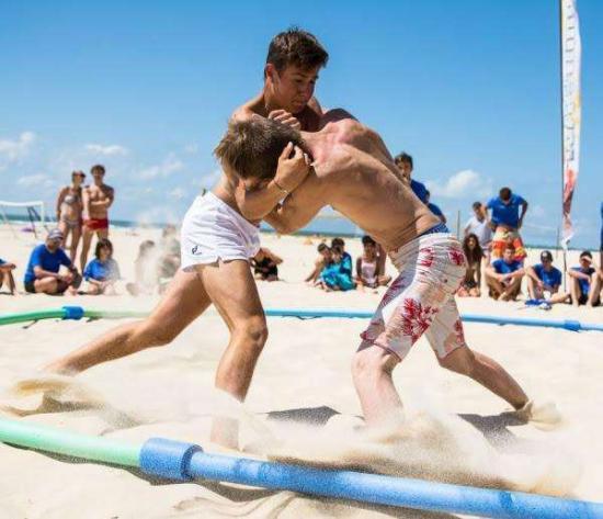 Les premiers championnats de France de lutte de plage se dérouleront à La Seyne ... L'essai de la tournée nationale, l'été dernier, a été transformé en championnat de France par l'Olympique lutte seynois. Photo DR