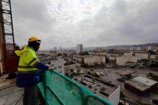 Lors des travaux de démolition du Vendémiaire, en mars 2017. Le programme de rénovation urbaine du quartier Berthe s'achève fin 2018. Photo Dominique Leriche