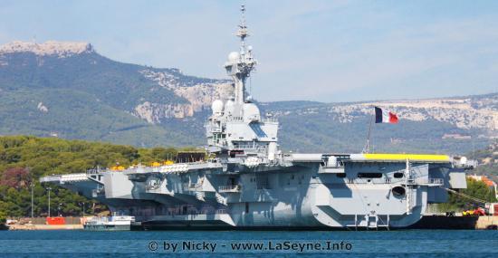 Le Porte-Avions Charles de Gaulle sur le Point de partir en Direction du Large de la Syrie