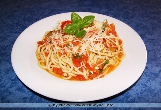 Dans la rubrique On cuisine ce qui reste ... et on en fait ?.. On a fait des Pâtes fraîches, Tomates, Ail, Basilic ...