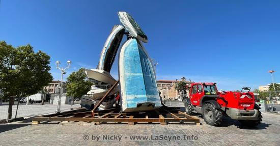 Toulon: Sept Bateaux empilés forment une Tour étrange sur la Place Monsenergue