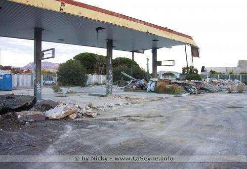 Travaux: Démolition de la Station Service au Rond Point du 08 Mai -